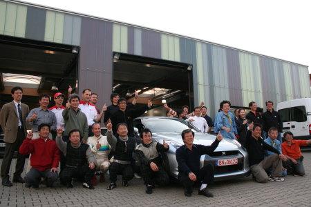 Il team Nissan dopo l'impresa del Nuerburgring
