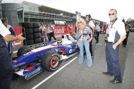 Antonella Clerici in visita al box del team Piquet GP