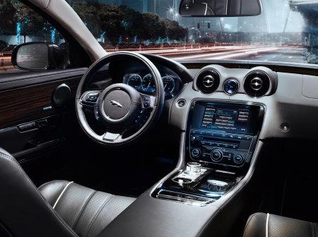 La spaziosa e supertecnologica consolle della Jaguar XJ