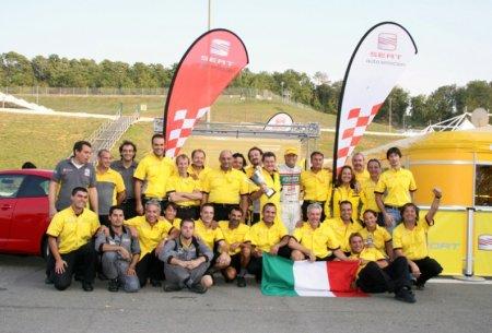 Roberto Colgiaco con il team Seat dopo la vittoria
