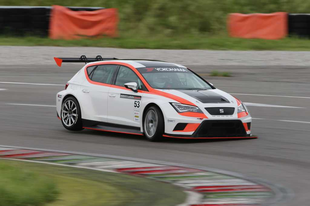 Photo of Seat Leon Cup Racer in pista a Franciacorta
