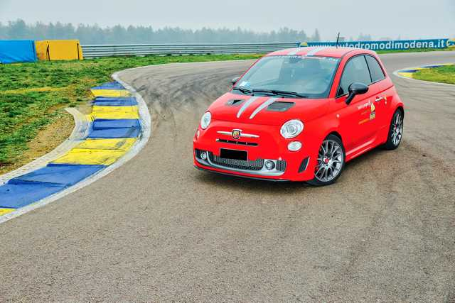 Photo of Abarth 695 Tributo Ferrari test in pista Modena