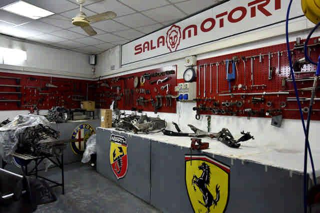 Sala motori officina Leone Motorsport di Roma