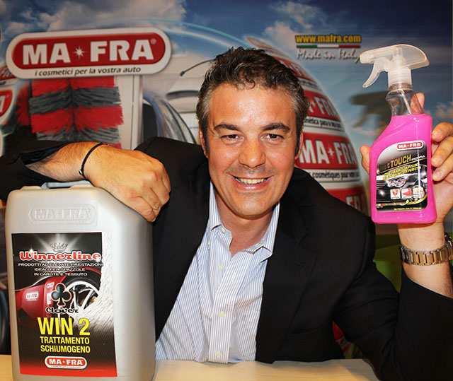 Marco Mattioli con alcuni prodotti Ma-Fra in mostra
